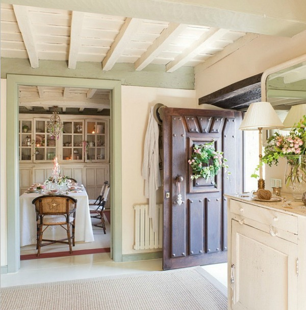 French country cottage style in an entry and dining room with light pink and green accents - El Mueble. Come get ideas and inspiration from these white country interiors!