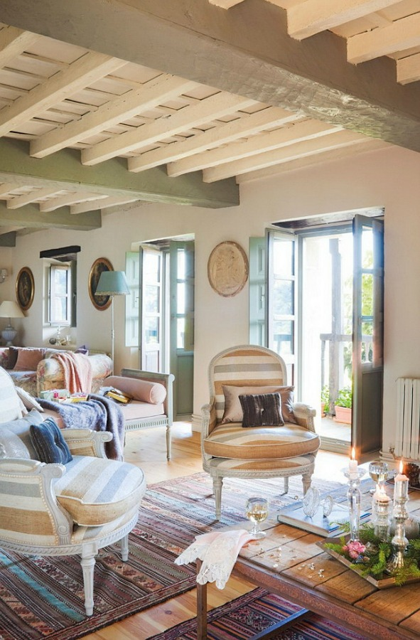 Living room in a romantic french country cottage decorated with white and pink in Spain is decorated for Christmas with soft and quiet decor. #holidaydecor #christmasdecor #frenchcountry #decorating #cottagestyle #whitechristmas