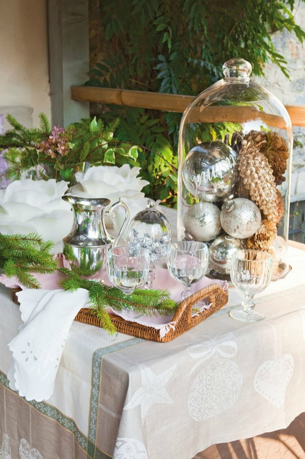 Vignette in a romantic french country cottage decorated with white and pink in Spain is decorated for Christmas with soft and quiet decor. #holidaydecor #christmasdecor #frenchcountry #decorating #cottagestyle #whitechristmas