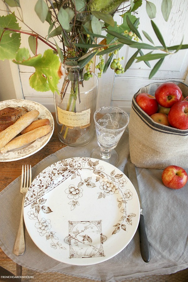 Charming and understated French country tablescape by French Garden House. #tablescape #autumn #frenchcountry #interiordesign