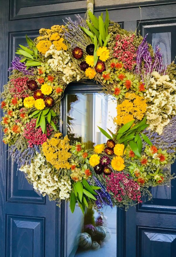 Charming fall decor on a front door with Farmers Market wreath - Good Life of Design. #frontdoor #falldecor #wreath #fallwreath