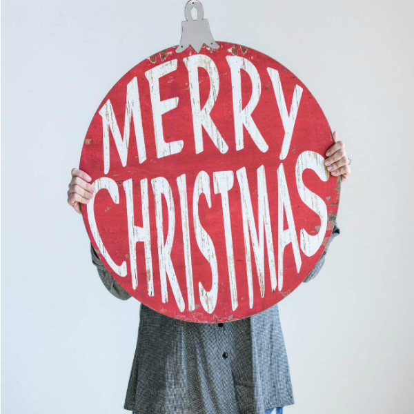 Large red Merry Christmas sign adds farmhouse charm and vintage style to the holiday decorating. #signage #christmasdecor #farmhouse