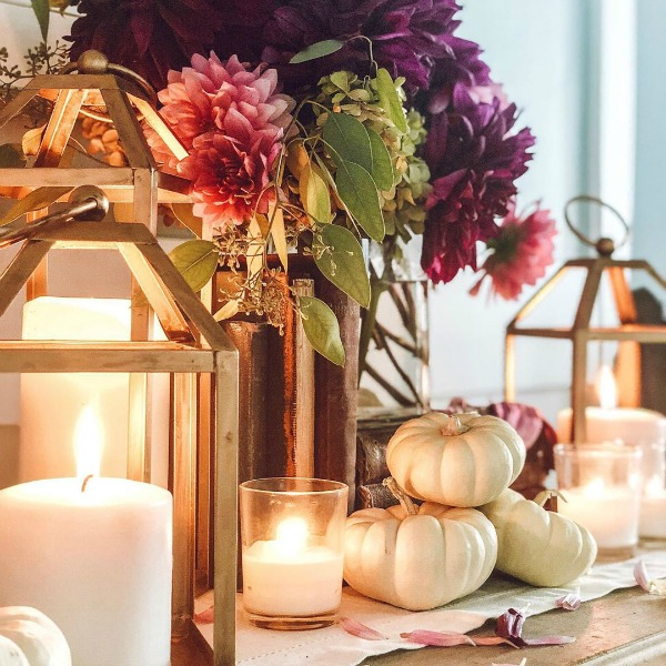 A heartwarming and inspiring autumn vignette with white pumpkins, fall florals, and lanterns with styling by Le Cultivateur. #fallvignette #interiordesign #whitepumpkins #fallflorals