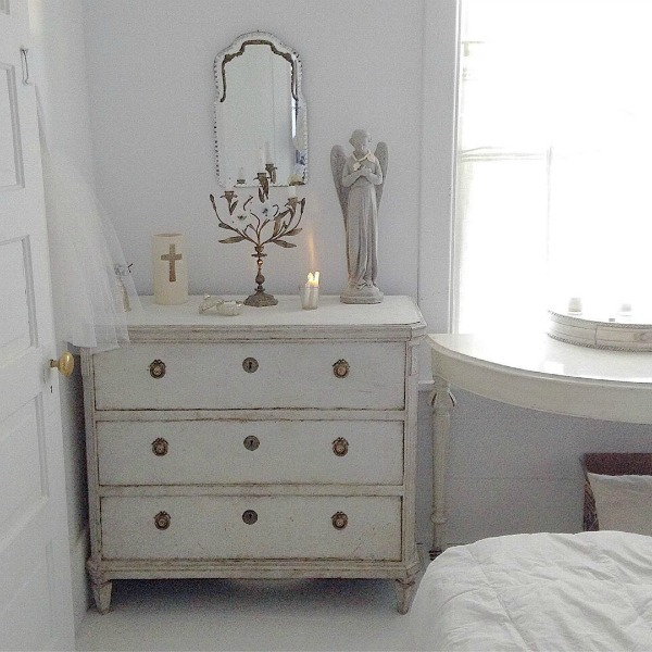 Soft, serene, white Nordic French decor and antiques in a Swedish cottage by My Petite Maison. #swedish #scandinavian #antiques #interiordesign #nordicFrench