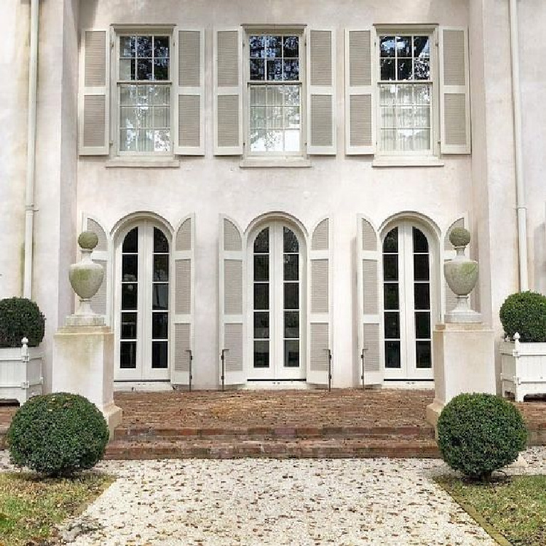 Stunning and grand white exterior of the Italianate home of Pamela Pierce in Houston. #pamelapierce #whitehouses #houseexteriors