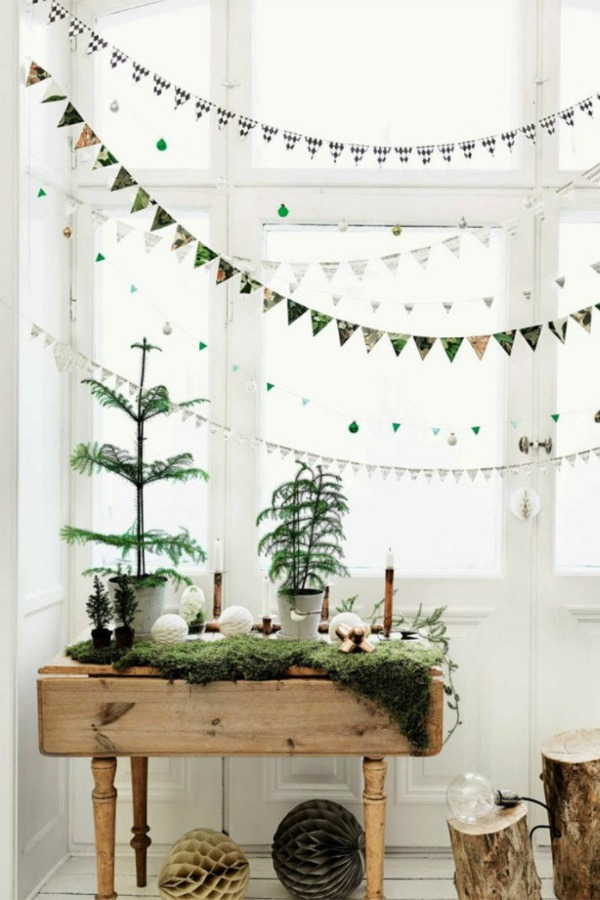 Scandinavian Christmas decor and simple natural holiday decorating inspiration with greenery and delicate garlands. #simplechristmas #swedishchristmas #scandinavianstyle #holidaydecor #interiordesigninspiration