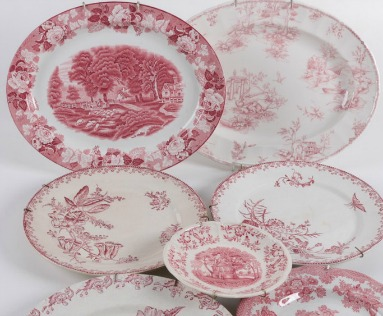 Red and pink transferware plates for a romantic French country tablescape. #pink #red #transferware #tabletop