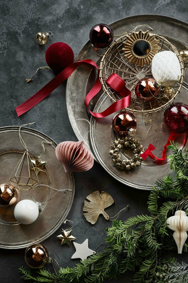 Christmas decor inspiration flatlay with rustic chic organic natural inspiration from H&M. #christmas #holidaydecor #simpleChristmas