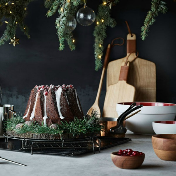 Christmas decor inspiration flatlay with rustic chic organic natural inspiration and cake from H&M. #christmas #holidaydecor #simpleChristmas