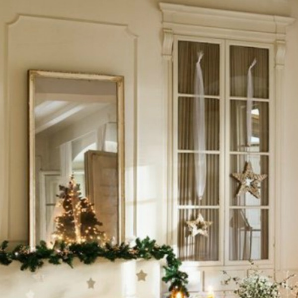 French country white Christmas decor in a historic living room in Spain - El Mueble. #christmasdecor #whitechristmas #frenchcountry #holidaydecorating