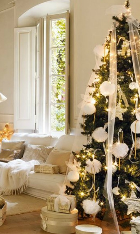 French country white Christmas decor in a historic living room in Spain - El Mueble. Heartful Messages, Inspiring Peace Quotes & Christmas Glimpses. #christmasdecor #whitechristmas #frenchcountry #holidaydecorating