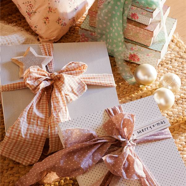 Christmas decor inspiration with white and pink gifts wrapped in sweet fabric ribbon - via El Mueble. #holidaydecor #whitechristmas #shabbychic #pinkchristmas