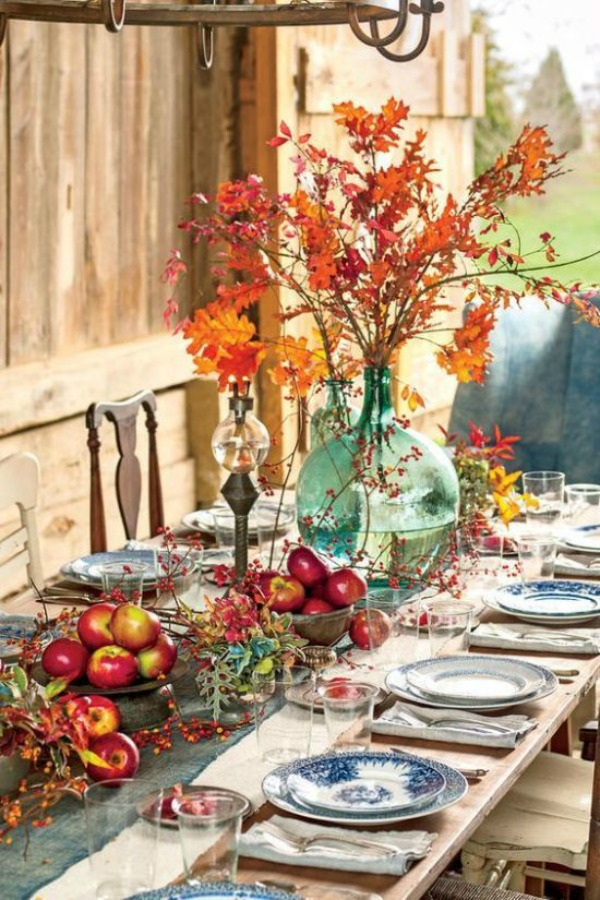 Gorgeous Thanksgiving table setting idea with apples, oak leaves and blue china. Photo by Helen Norman. #tablescape #tablesetting #fall #Thanksgiving