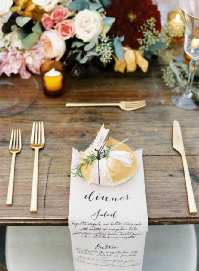 Lovely Thanksgiving table setting idea with menu napkin and bread round. #thanksgivingtable #tablescape #tablesetting #placesetting