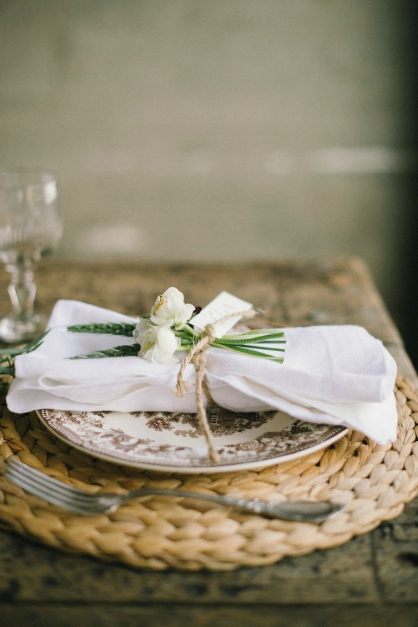 Simple and classic Thanksgiving placesetting with brown transferware plate and white flowers - Coco Kelley. #thanksigivngtable #tablesetting #placesetting #tablescape