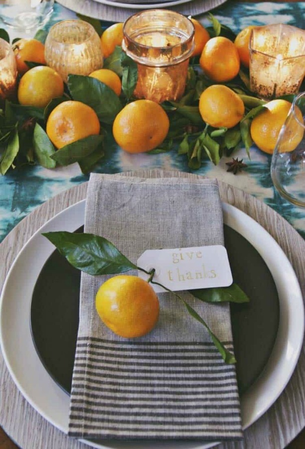 Classic, simple, and lovely Thanksgiving tablescape idea with clementines and linen napkins - Annabode. #thanksgiving #tabledecor #tablescape #tablesetting