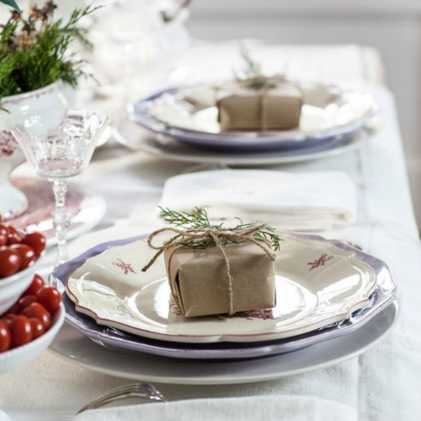Beautiful and simple Christmas tablescape and place setting with favor. #christmasdecor #tablescape #simplechristmas #placesetting #farmhousechristmas