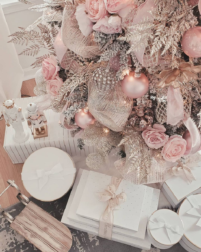 Pink Christmas tree with romantic, feminine, pretty factor @chic.interior.design.