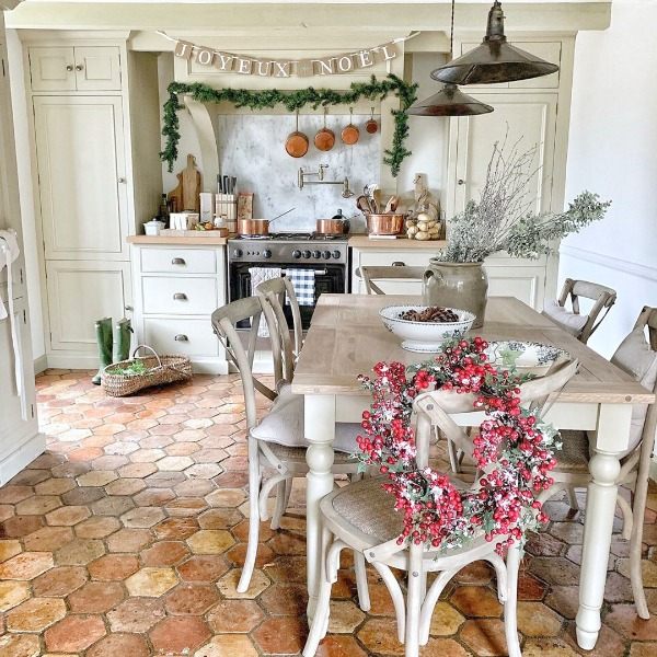 Rustic French farmhouse kitchen decorated for Christmas - Vivi et Margot. #joyeuxnoel #frenchchristmas #frenchfarmhouse #christmasinfrance #christmaskitchen #frenchkitchen