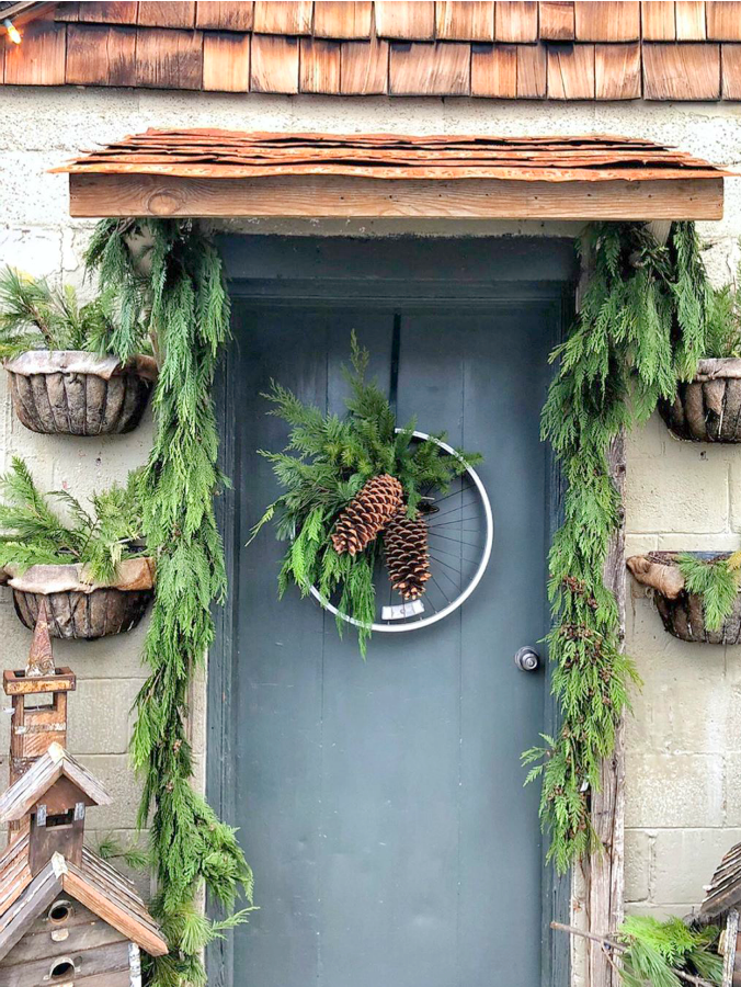 Rustic farmhouse Christmas front door at Brambles & Blossoms in Utah - Vivi et Margot. #farmhousechristmas #christmasdecor #frenchfarmhouse #christmasfrontdoor