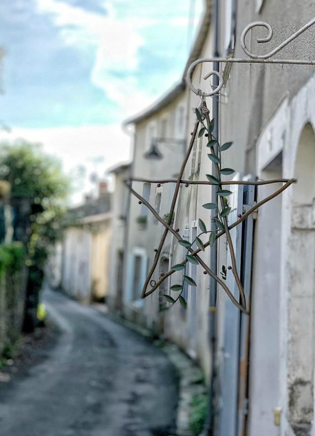 French Christmas star on a glorious stucco exterior in France. Vivi et Margot. #frenchchristmas #christmasinfrance #christmasstar #europeanchristmas