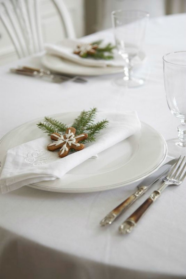 Lovely simple and white Swedish and Scandi Christmas placesetting for a white Christmas -from ljo-s blog.