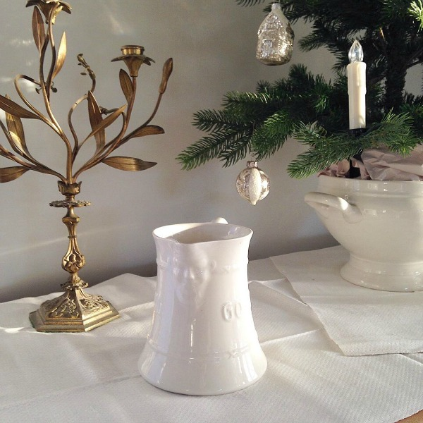 French Nordic Christmas decor inspiration from My Petite Maison. #swedishchristmas #nordicfrench #holidaydecorating #gustavian