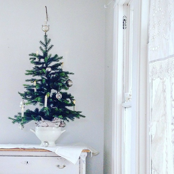 Scandinavian Christmas decor with all white, evergreens, and simple Nordic French charm - My Petite Maison. #christmasdecor #scandinavian #whitechristmas