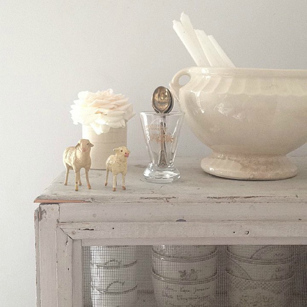 Sweet whtie Christmas decor in a Scandinavian vintage Swedish farmhouse by My Petite Maison.