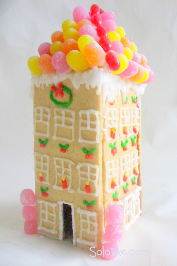 Magnificent sugar cookie townhouse with fanciful gumdrop decorated roof! Solodke. #gingerbreadhouse #candyhouse #gumdrops #holidaydiy