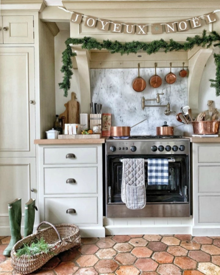 French farmhouse kitchen decorated for Christmas (Joyeux Noel!) - Vivi et Margot. #frenchfarmhouse #frenchchristmas #frenchkitchen #holidaydecor