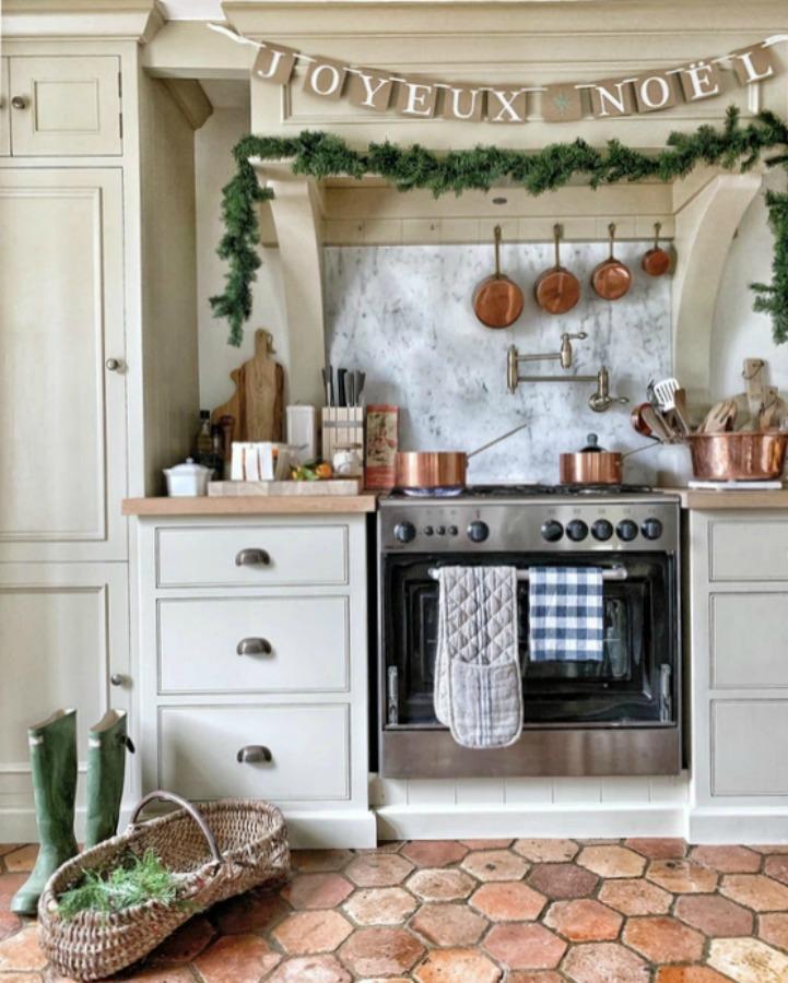 French farmhouse kitchen decorated for Christmas (Joyeux Noel!) - Vivi et Margot. #frenchfarmhouse #frenchchristmas #frenchkitchen #holidaydecor