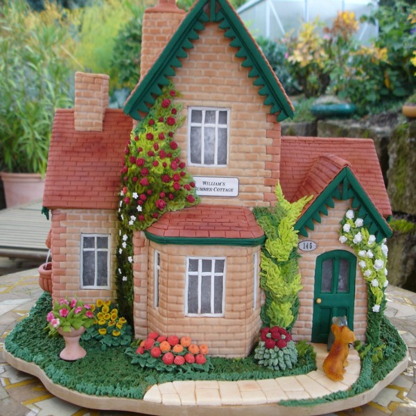 Amazing gingerbread house is a summer cottage! #gingerbreadhouses