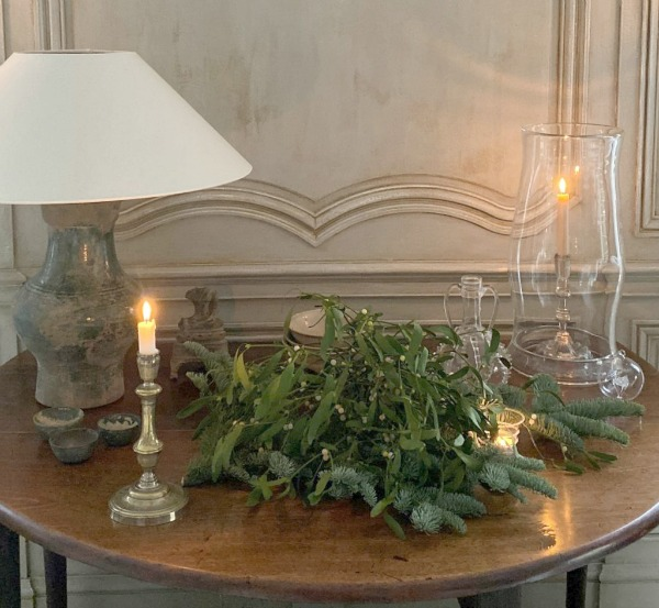 Elegant Belgian Christmas decor in the European home of Greet of Belgian Pearls. Come discover 23 Charming Christmas Decorating Ideas to Save for 2020. #christmasdecor #europeanchristmas #belgianchristmas #elegantchristmasdecor