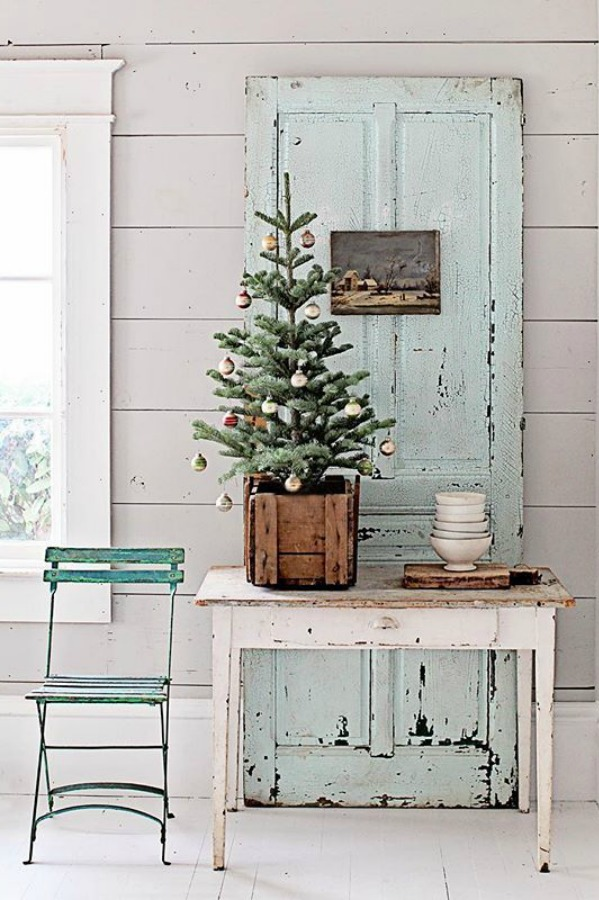 Farmhouse French Nordic Christmas decor inspiration with vintage and fresh greenery - Dreamy Whites. #dreamywhites #frenchchristmas #christmasdecor #frenchnordic #swedishchristmas