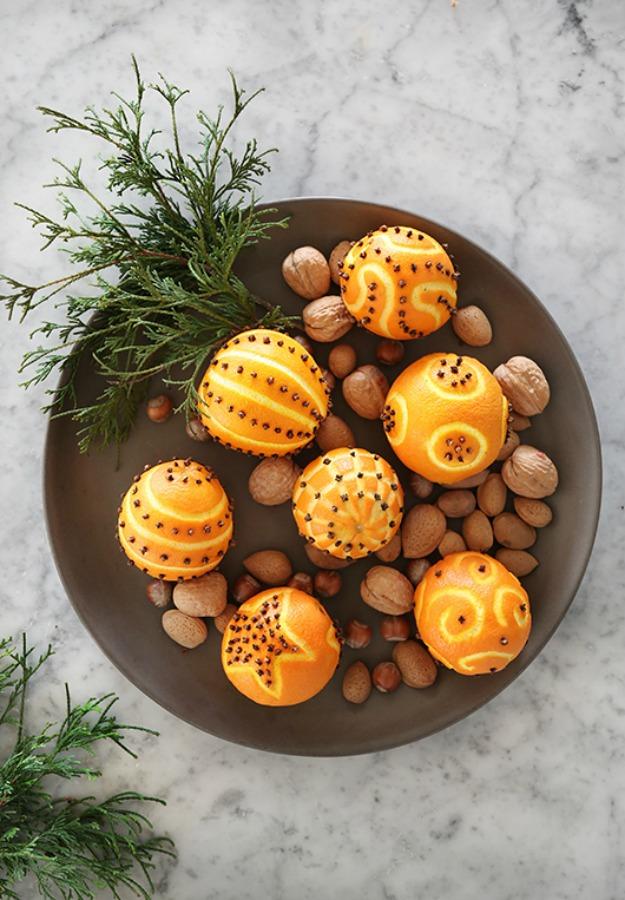 Oranges studded with cloves - Christmas pomander inspiration from Trendenser Sweden. #scandinavianchristmas #homemadechristmas #christmasdecor #oranges