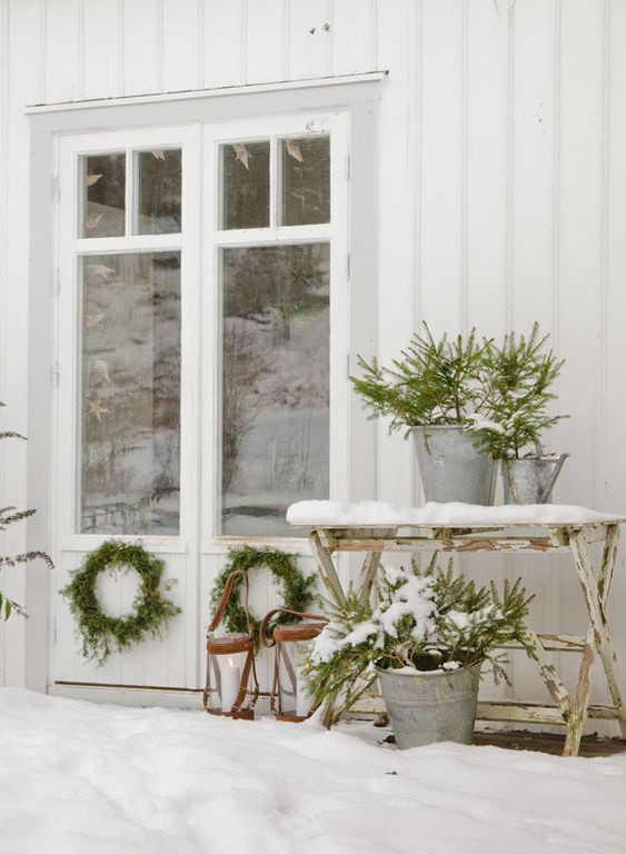 Beautiful exteriors and front doors decorated for Christmas! #christmasdecor #exteriors #outdoordecor #christmas