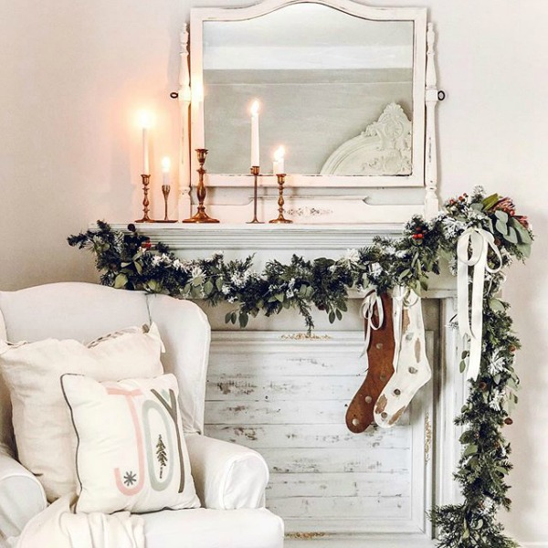 Charming farmhouse Christmas decor with rustic, white, and green elements. #lecultivateur #holidaydecor #farmhousechristmas #whitechristmasdecor #christmasmantel