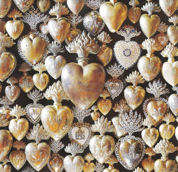 Collection of antique late 19th century ex-votos milagro hearts from France - Peter Vitale (Veranda 2007). #exvoto #milagroheart #frenchantiques #gildedhearts
