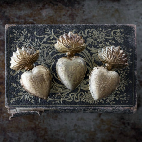 Sacred heart milagro set of 3 - Queen of Crowns. #milagro #hearts #sacredheart #exvoto #religiousheart