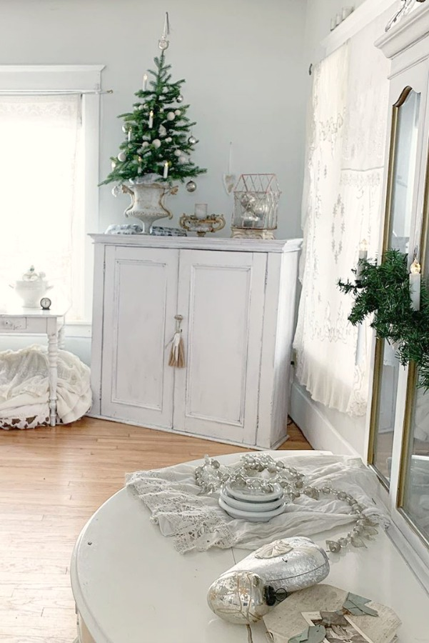 Swedish Christmas decor inspiration in vintage cottage with Nordic French design - My Petite Maison. #swedishchristmas #christmasdecor #frenchchristmas #scandinavianchristmas