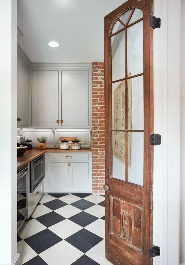 Charming butler pantry! This tranquil Tudor cottage was renovated on HGTV's Fixer Upper by Chip and Joanna and is known as the Scrivano House. #fixerupper #scrivano #cottagestyle #interiordesign #greytrim #serenedecor