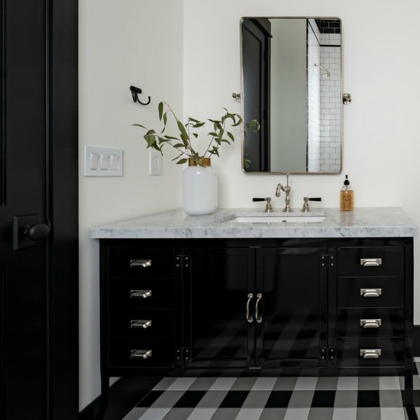Classic white modern farmhouse interior design by Jaimee Rose Interiors. #interiordesign #modernfarmhouse #bathroomdesign