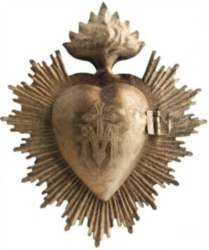 Sacred milagro heart box with vintage style and a low price - perfect for French farmhouse and country French decor. #milagro #heart #goldheart #homedecor #frenchcountry