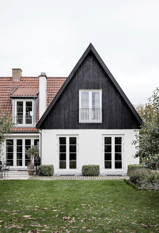 Stunning black and white Danish farmhouse exterior - Kaja Moller (photo: Frederica Furniture). #houseexteriors #Copenhagenhouse #blackandwhite #traditionalstyle #modernfarmhouse