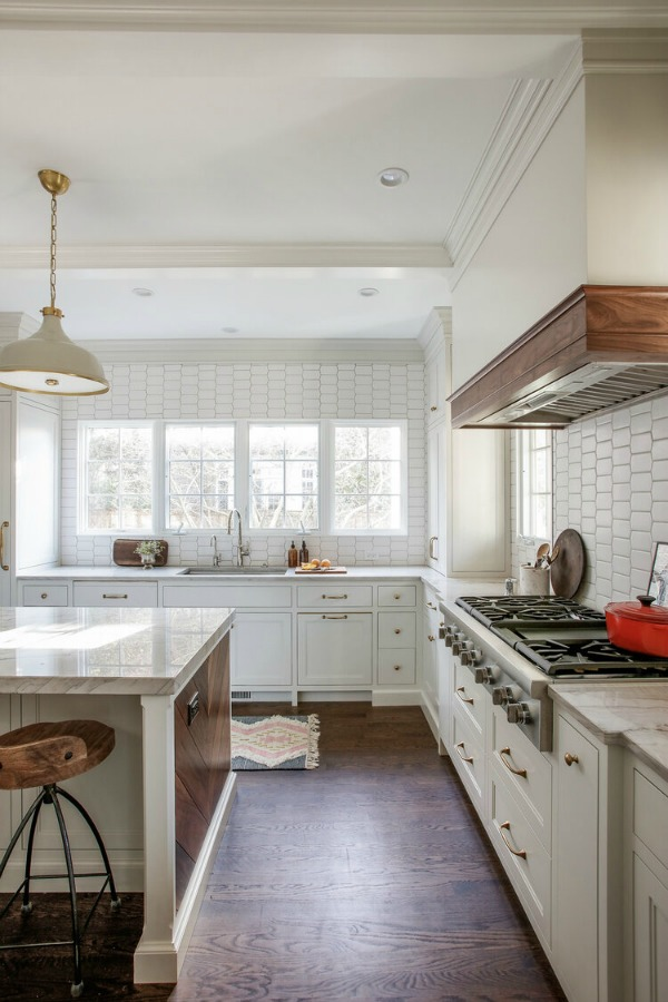 Stunning classic traditional white kitchen by Edward Deegan Architects. #kitchendesign #whitekitchencabinets #classickitchen #traditionalstyle
