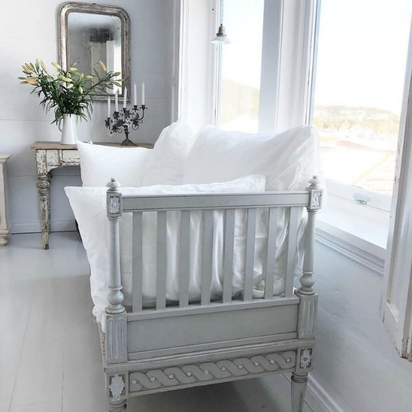 Scandi style interior with beautiful vintage daybed and white on white decor - Cathrine Aust. #swedishstyle #gustavianstyle #antiques #daybed #frenchnordicliving