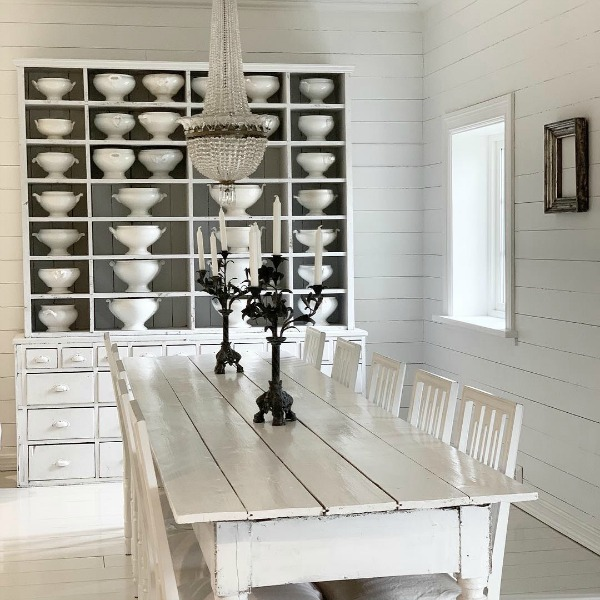 Charming all white dining room with white painted floors and French Nordic decor by Cathrine Aust. #frenchnordic #diningroom #allwhitedecor #scandinaviandesign
