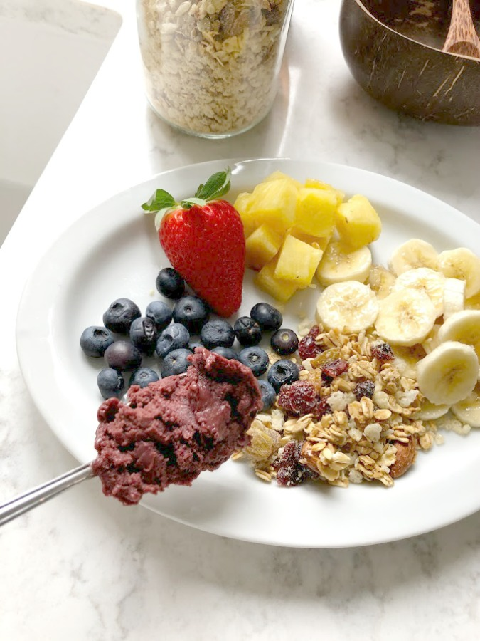 Homemade Granola Acai Bowl - learn Hello Lovely's recipe and sources for the most delicious healthy and wholesome breakfast bowl! #acaibowl #breakfastrecipes #granolarecipes