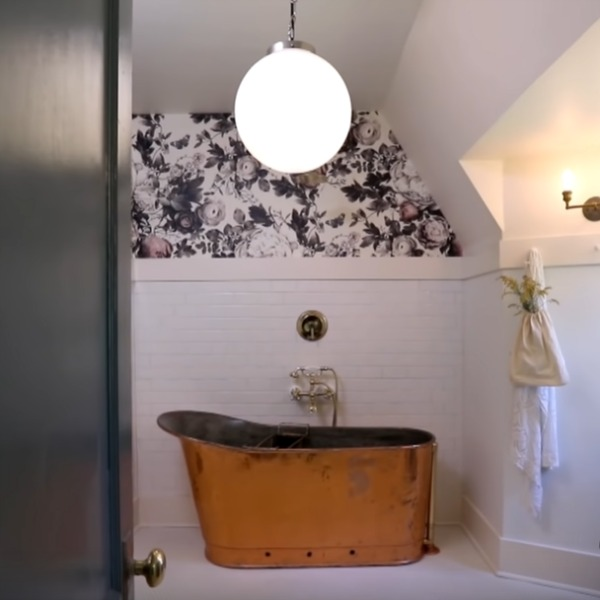 Unforgettable minimal luxe bathroom by Leanne Ford with copper bathtub and Ellie Cashman Summer Squall wallpaper. #elliecashman #wallpaper #summersquall #bathroomdesign #leanneford #ppgphantom